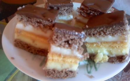 Rumos-csokoládés piskótás szelet
