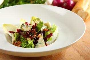 Saláta sült céklával és kék sajttal