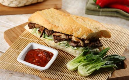 Steak szendvics bok choy salátával és shitake gombával