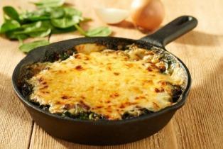 Spenót hollandi mártással és sajttal sütve