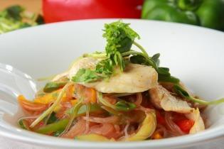 Sült csirkés rizstészta saláta