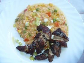 Zöldséges rizottó fűszeres csirkemell csíkokkal