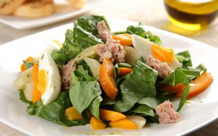 Saláta párolt zöldségekkel és tonhallal