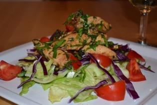 Pirított csirkemell saláta medvehagymával és zöldségekkel