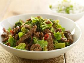 Ázsiai pirított sertéshús brokkolival és hagymával