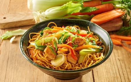 Ázsiai pirított tészta csirkével és zöldségekkel