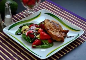 Grillezett sertéscomb epres-avokádós salátával