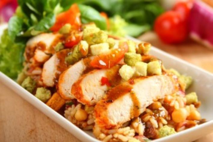 Marokkói csirke saláta paradicsomos rizzsel,csicseriborsóval és fügével