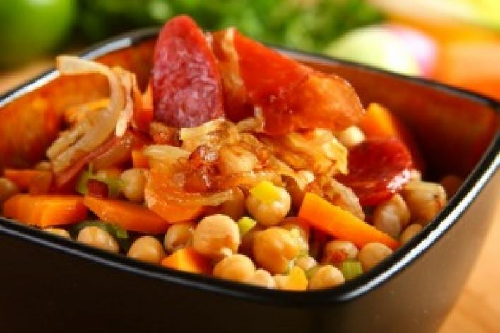 Csicseriborsó zöldségekkel és húsokkal