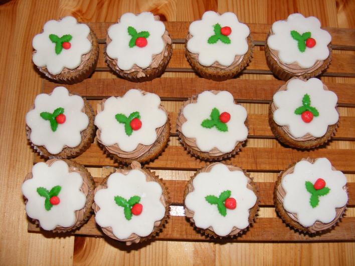 Narancsos-csokikrémes, diós muffin, fondant díszítéssel