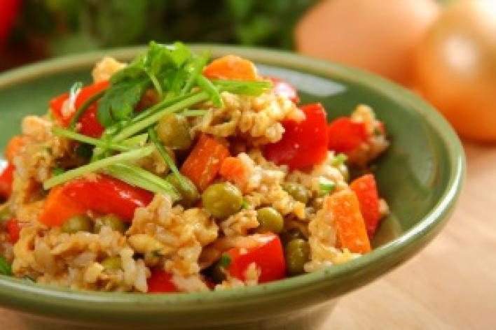 Sült rizs zöldségekkel és tojással