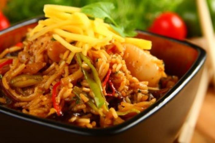 Kínai rizs csirkehússal, zöldséggel és gyümölccsel