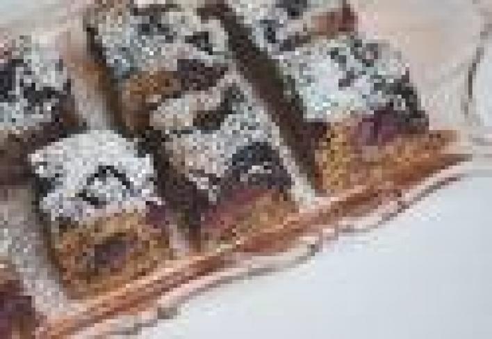 Öntött diós-meggyes sütemény