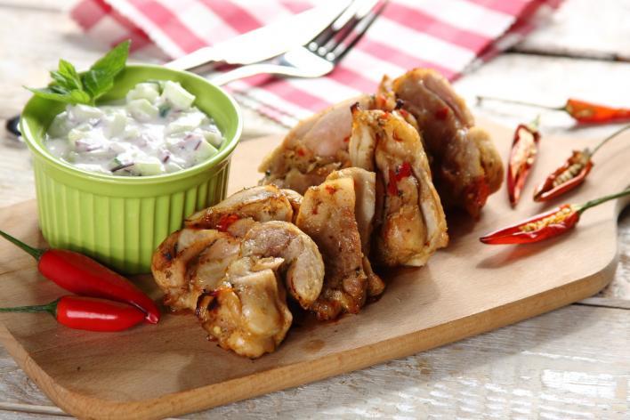 Grillezett pikáns csirkecomb joghurtos uborka salátával