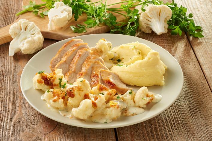 Sült csirke sajttal sütött karfiollal