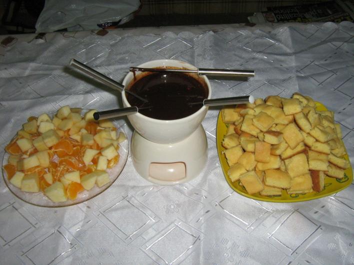 Csokoládé fondü, piskótával és gyümölcsökkel